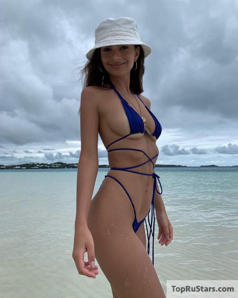 пляж и эмилия на нем