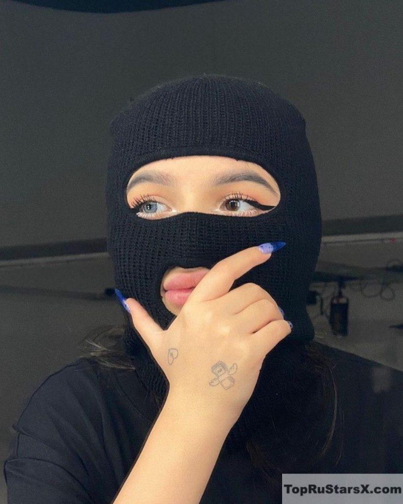 стрим на твиче блогерша в маске