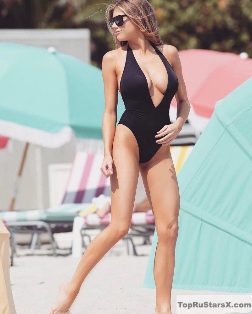 Шарлотта Маккини в купальнике